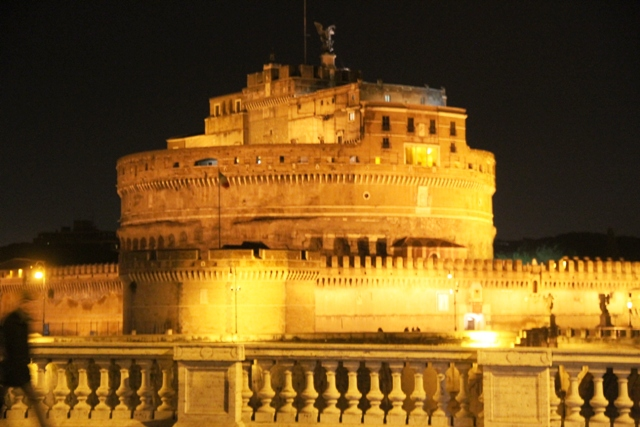 con accanto Castel Sant'Angelo