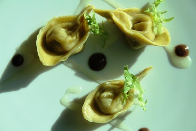 ravioli di cappone con salsa di limone e salsa olive