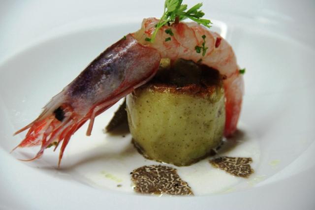 patata cotta al sale su crema di pampanella gamberi rossi e tartufo nero
