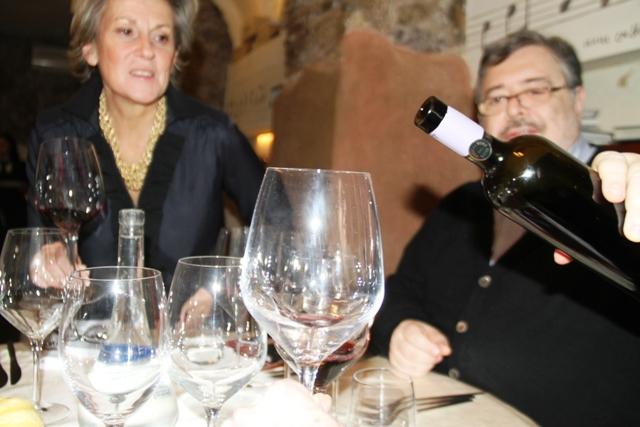 e via ai brindisi con Daniele che mesce ed illustra i vini
