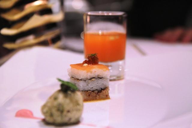 millefoglie di sushi conzeppola di alghe e drink di carote e cetrioli