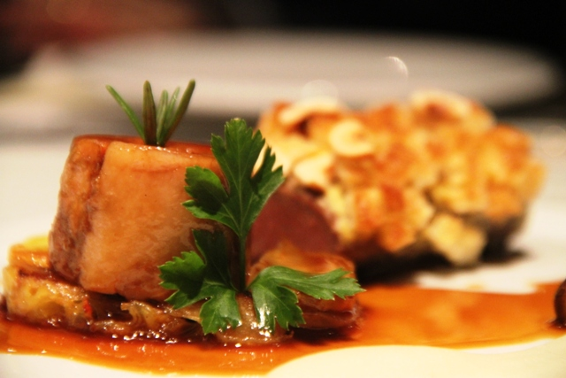 carrè di agnello lauticauda in crosta nocciole con la sua spalla cotta confit, salsa al vino bianco e timo