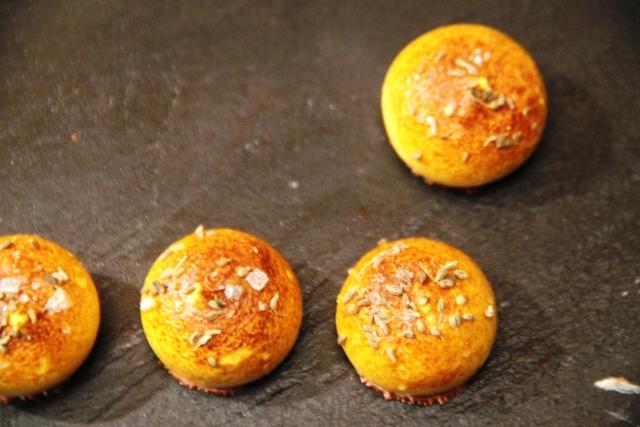 ottima questa meringa mignon al foie gras d'oca, con cocacola, frutto della passione e liquirizia di Gertde Mandeleer