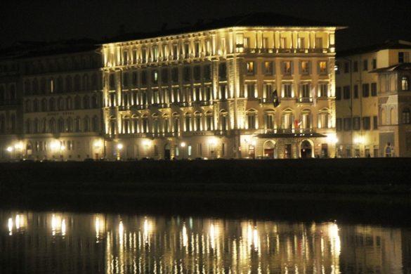 il Grand Hotel si specchia nell'Arno
