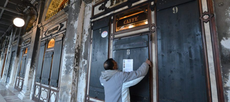 ll caffe florian e i negozi di piazza San Marco chiudono alle 18 per l'ordinanza sul Coronavirus.